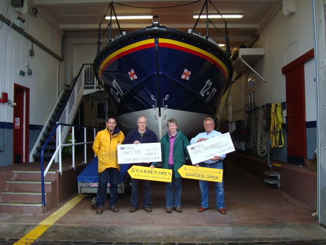 Cheques from the 2017 Fife Garden Trail are presented to RHET Fife and RNLI Anstruther