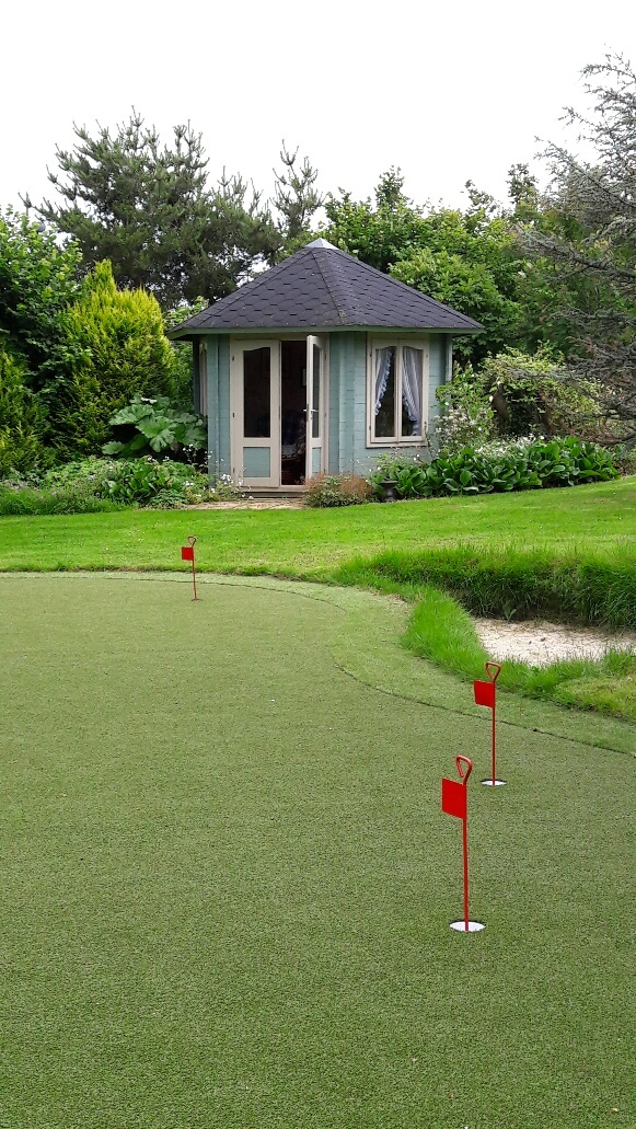 Old Farm Cottage: Summer House and Putting Green