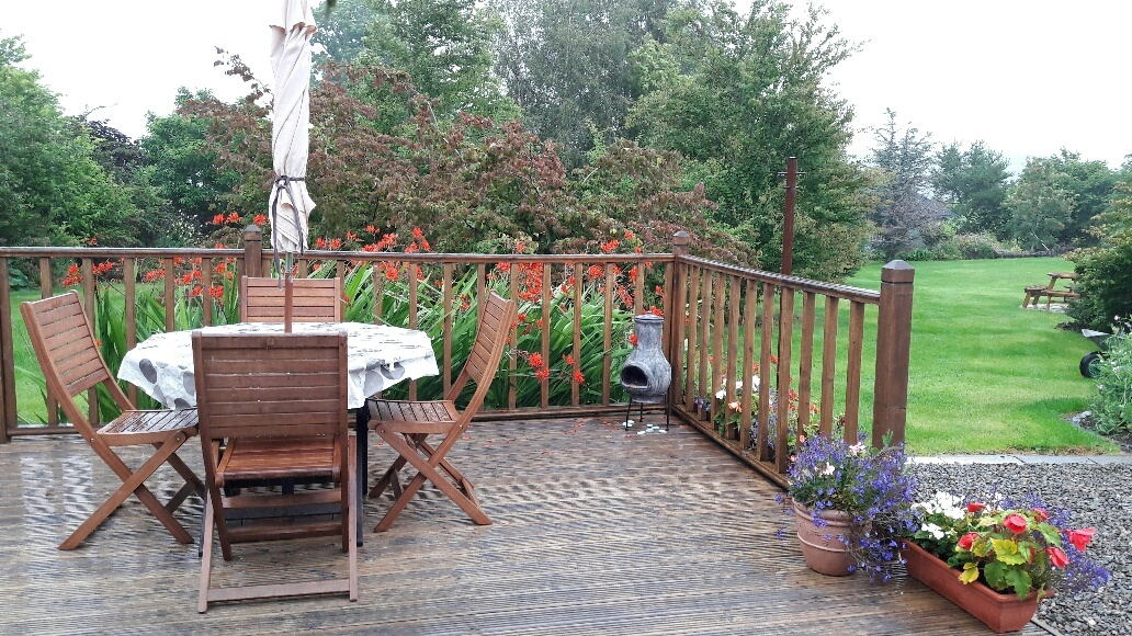 Old Farm Cottage: Decking & Garden
